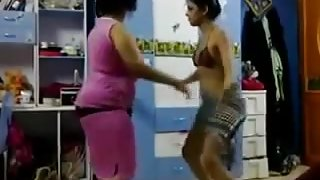 arab's mom & NOT her daughter dance